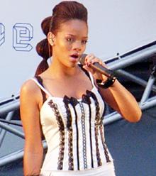 『レッドカーペット・ライブ』でファンを魅了したRIHANNA